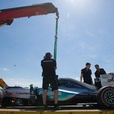 La grúa recoge el coche de Lewis Hamilton