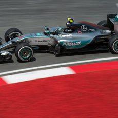 Nico Rosberg pilota su Flecha Plateada en los libres