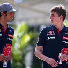 Los pilotos de Toro Rosso conversan en Sepang