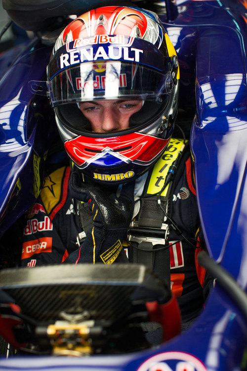 Max Verstappen sentado en su STR10