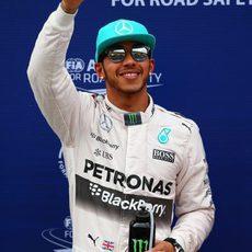 Lewis Hamilton celebra la pole position en Sepang