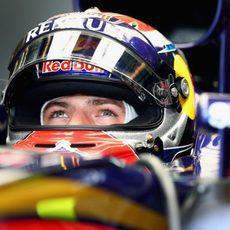 Max Verstappen concentrado antes de salir a pista en la clasificación del GP de Malasia 2015