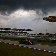 Fernando Alonso rodando antes de que comience el diluvio
