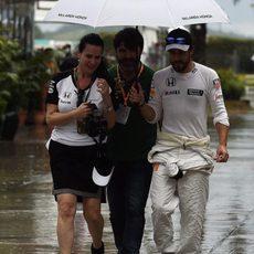 Fernando Alonso en el paddock bajo la lluvia