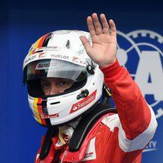 Sebastian Vettel saluda a los aficionados tras conseguir su segunda posición