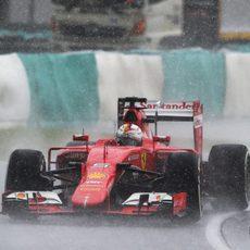 Sebastian Vettel pilotando bajo la lluvia
