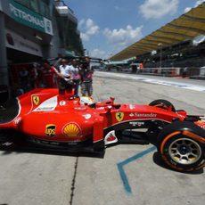Sebastian Vettel saliendo del garaje para lograr un buen tiempo
