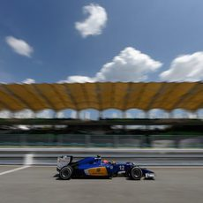 Felipe Nasr pasando por la recta principal de Sepang