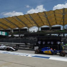 Felipe Nasr volviendo a boxes para cambiar neumáticos