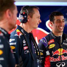 Daniel Ricciardo sonriente con sus ingenieros