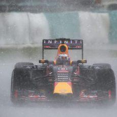 Daniel Ricciardo pilotando en pleno diluvio