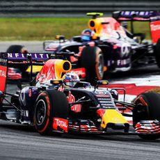 Daniel Ricciardo rodando delante de Daniil Kvyat