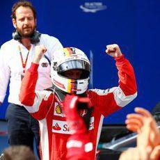 Sebastian Vettel celebra con su equipo la victoria en Sepang