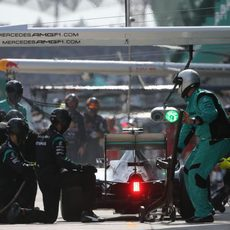Pit stop del equipo Mercedes durante la carrera en Malasia