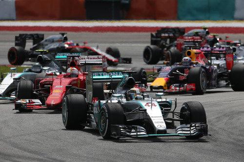Hamilton negocia la segunda curva tras la salida con todo el pelotón detrás