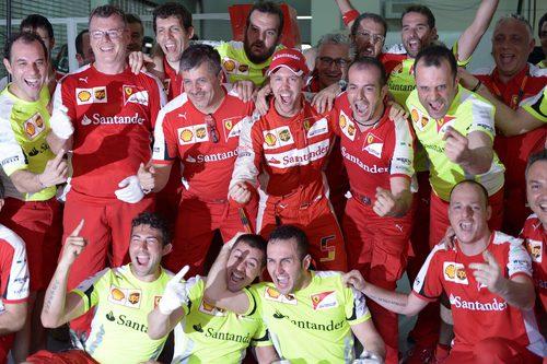 Alegría en el equipo Ferrari tras la primera victoria de 2015