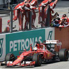 Sebastian Vettel cruza la meta en Sepang