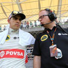 Pastor Maldonado ultima los detalles de la estrategia de carrera