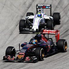 Carlos Sainz rueda delante de Massa