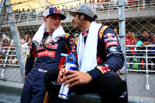 Carlos Sainz se ríe con su compañero de equipo