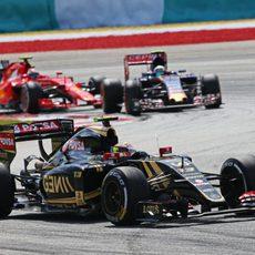 Pastor Maldonado luchando por posiciones en pista con duros rivales