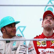 Lewis Hamilton mira a un emocionado Sebastian Vettel