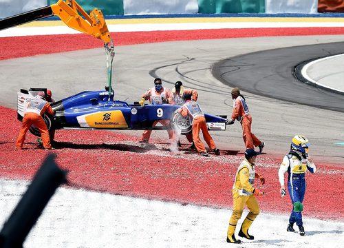 La grúa se lleva el coche de Marcus Ericsson