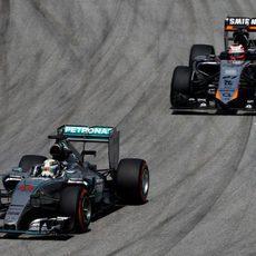 Nico Hülkenberg a la zaga de Lewis Hamilton