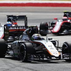Sergio Pérez delante de los McLaren