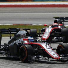 Los dos McLaren se distanciaron en la salida