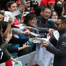 Lewis Hamilton firma autógrafos a los aficionados chinos