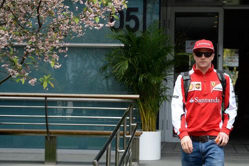 Kimi Räikkönen llega al paddock del Circuito de Shanghai