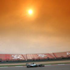 Nico Rosberg negociando la curva peraltada anterior a la larga recta de atrás de Shanghai