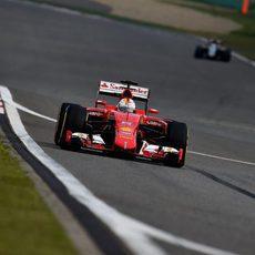 Sebastian Vettel seguido a lo lejos por uno de los Force India