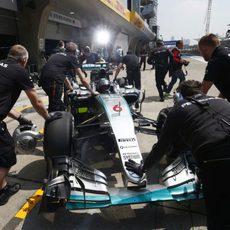 Nico Rosberg regresando al box de su equipo en Shanghai