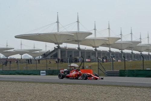 Kimi Räikkönen monta el neumático medio en su SF15-T