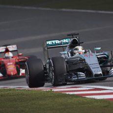 Lewis Hamilton por delante de Sebastian Vettel durante los libres en China