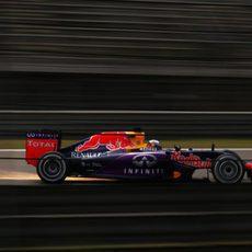El RB11 de Daniel Ricciardo echando chispas al rozar con el suelo
