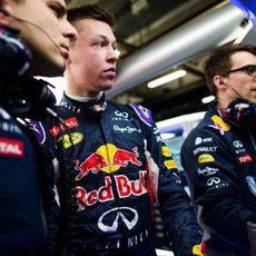 Daniil Kvyat charla con sus ingenieros en el box del equipo