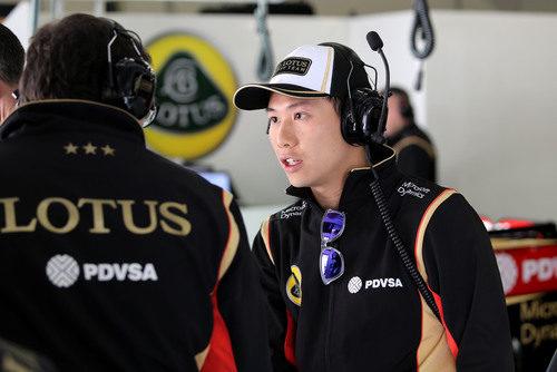 Adderly Fong, el nuevo piloto de desarrollo de Lotus, charla con un ingeniero