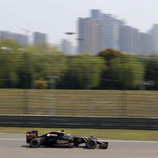 Jolyon Palmer se subió al Lotus E23 durante los primeros entrenamientos libres en China