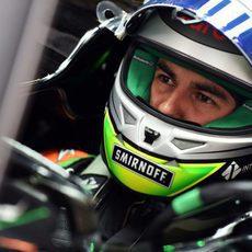 Sergio Pérez mantiene la concentración en el cockpit del coche