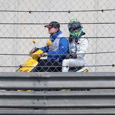 Felipe Massa regresa al box en la moto de uno de los comisarios