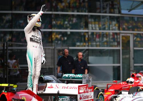 Hamilton saluda al público tras conseguir la pole position en China