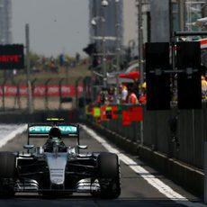 Nico Rosberg sale del pitlane en Shanghai