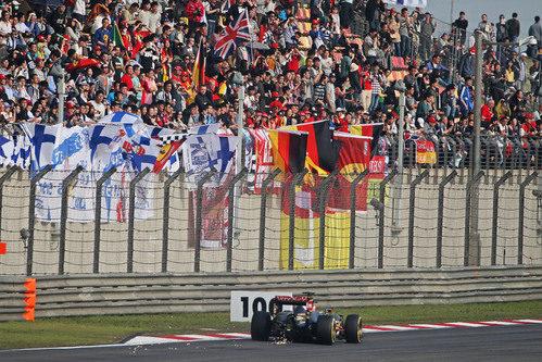 Romain Grosjean pasa junto a las gradas repletas de aficionados