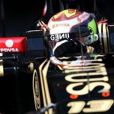 Primer plano de Pastor Maldonado peleando con su E23