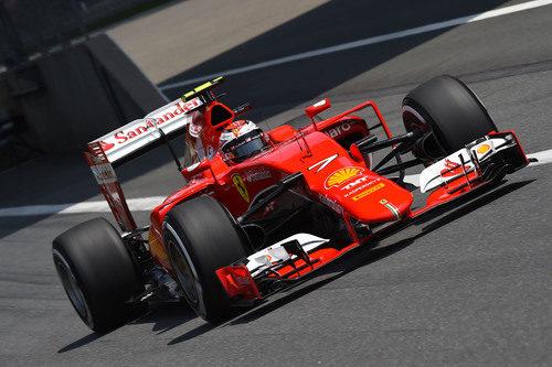 Kimi Räikkönen sale de boxes con el SF15-T