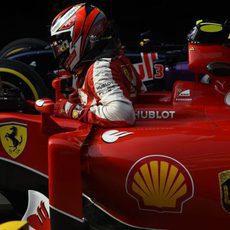 Kimi Räikkönen se baja del monoplaza tras la clasificación