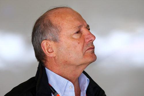 Ron Dennis vigila lo que sucede en la clasificación del GP de China 2015